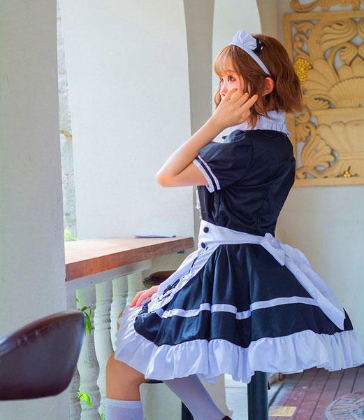 窓辺のメイドさんの写真